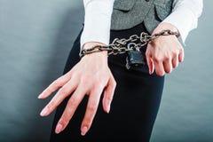 Mulher de negócio com mãos acorrentadas Fotos de Stock