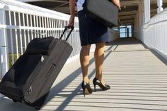 Mulher de negócio com mala de viagem e pasta imagem de stock royalty free