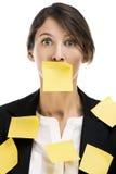 Mulher de negócio com notas amarelas Fotografia de Stock