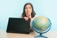 Mulher de negócio com o globo imagem de stock