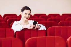 mulher de negócio com originais e telefone que senta-se na cadeira do assento imagem de stock