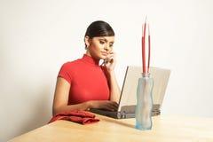 Mulher de negócio com portátil e telefone Foto de Stock Royalty Free