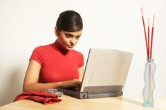 Mulher de negócio com portátil e telefone Fotos de Stock
