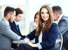 Mulher de negócio com sua equipe de funcionários