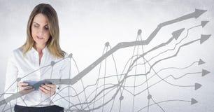 Mulher de negócio com a tabuleta atrás do gráfico cinzento contra o fundo branco Imagens de Stock