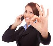 Mulher de negócio com telefone e gesto aprovado Imagens de Stock Royalty Free