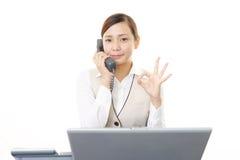 Mulher de negócio com um telefone Foto de Stock Royalty Free