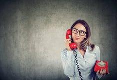 Mulher de negócio com um tellephone antiquado que escuta com cuidado um cliente imagens de stock royalty free