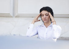 Mulher de negócio com uma dor de cabeça Fotografia de Stock Royalty Free