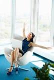 A mulher de negócio comemora o negócio bem sucedido no escritório Negócio P imagem de stock