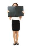 Mulher de negócio completa do comprimento que olha atrás de um dobrador imagens de stock royalty free