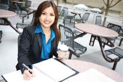 Mulher de negócio consideravelmente asiática fotografia de stock