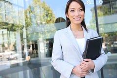 Mulher de negócio consideravelmente asiática dos jovens foto de stock royalty free
