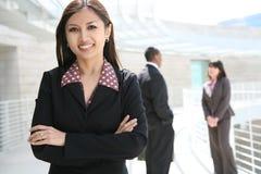 Mulher de negócio consideravelmente asiática no prédio de escritórios Imagens de Stock