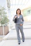 Mulher de negócio consideravelmente asiática no prédio de escritórios imagem de stock royalty free