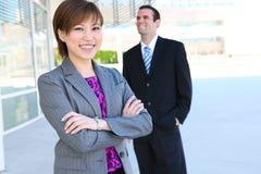 Mulher de negócio consideravelmente asiática no prédio de escritórios Foto de Stock Royalty Free