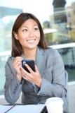 Mulher de negócio consideravelmente asiática Texting Imagens de Stock Royalty Free