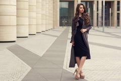 Mulher de negócio consideravelmente bonita no vestido preto elegante fotografia de stock royalty free