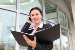 Mulher de negócio consideravelmente chinesa Fotos de Stock Royalty Free