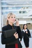 Mulher de negócio consideravelmente loura no telefone de pilha Fotos de Stock Royalty Free