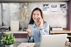 A mulher de negócio da nova geração que usa o smartphone, mulher asiática é h imagem de stock royalty free