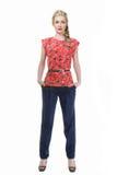 Mulher de negócio de cabelo loura na blusa floral do verão e no tourser preto Foto de Stock Royalty Free