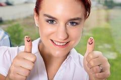 Mulher de negócio de Nisce com batidas acima Fotografia de Stock Royalty Free