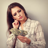Mulher de negócio de pensamento concentrada que pensa onde invista o dinheiro Fotografia de Stock