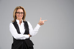 Mulher de negócio de riso na camisa branca Fotos de Stock Royalty Free