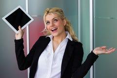Mulher de negócio de riso que guarda o PC digital da tabuleta fotos de stock