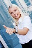 Mulher de negócio de sorriso bem sucedida nova atrativa que está exterior Imagem de Stock