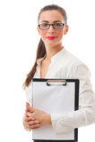 A mulher de negócio de sorriso bonita guarda a prancheta no backgroun branco Foto de Stock