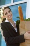 Mulher de negócio de sorriso com mantimentos Imagens de Stock