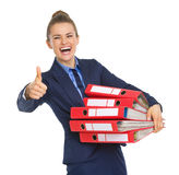 Mulher de negócio de sorriso com a pilha de originais Imagens de Stock Royalty Free