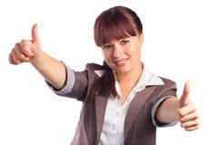 A mulher de negócio de sorriso feliz com polegares levanta o gesto Fotos de Stock Royalty Free