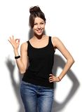Mulher de negócio de sorriso feliz com sinal aprovado da mão fotografia de stock royalty free