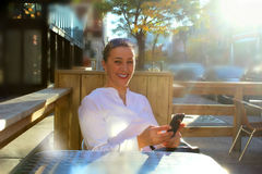 Mulher de negócio de sorriso na cidade imagens de stock