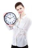 A mulher de negócio de sorriso nova que realiza nas mãos cronometra, isolado sobre Fotos de Stock Royalty Free