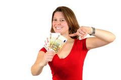 Mulher de negócio de sorriso que aponta em euro- contas Fotografia de Stock