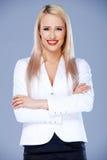 Mulher de negócio de sorriso que levanta com os braços cruzados Imagens de Stock