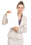 Mulher de negócio de sorriso que mostra a folha do papel vazio Fotos de Stock