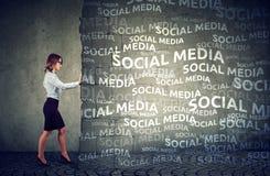 Mulher de negócio determinada parar a pressão social dos meios fotos de stock royalty free