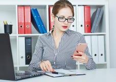 A mulher de negócio disca o número de telefone no telefone celular Foto de Stock Royalty Free