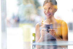 Mulher de negócio do estilo de vida do café da cidade no smartphone