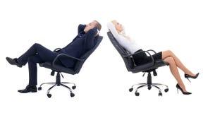 Mulher de negócio e homem de negócio que senta-se no isolado das cadeiras do escritório foto de stock
