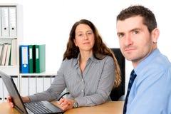 Mulher de negócio e um homem na assistência imagens de stock royalty free