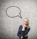 Mulher de negócio e uma bolha vazia do pensamento Muro de cimento fotografia de stock royalty free