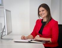 Mulher de negócio em notas vermelhas da escrita do revestimento da cintura Imagens de Stock Royalty Free