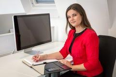 Mulher de negócio em notas vermelhas da escrita do revestimento da cintura Fotos de Stock Royalty Free