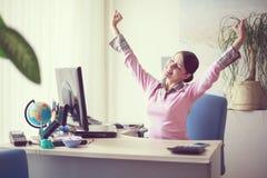 Mulher de negócio em seu escritório foto de stock